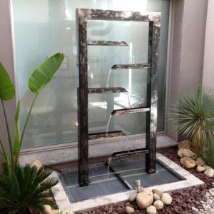Sculpture fontaine en métal acier avec protection et stoppage de rouille traité avec le produit à base d'eau invisible et inodore SurfaGuard Metal