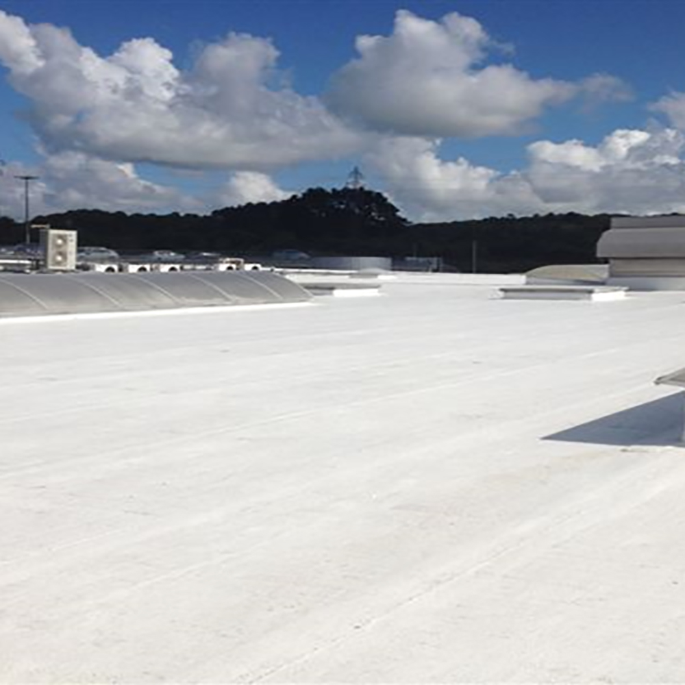 La peinture élastomère thermo-réfléchissante qui recouvre le toit d'un centre commercial sur plus de 7000 m² à Quimper en France !